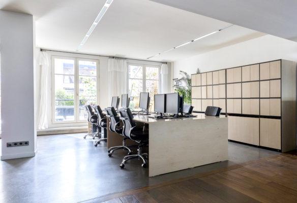 Label Experience: Espace de travail classique avec ordinateurs du bureau « Smallable » à Paris.