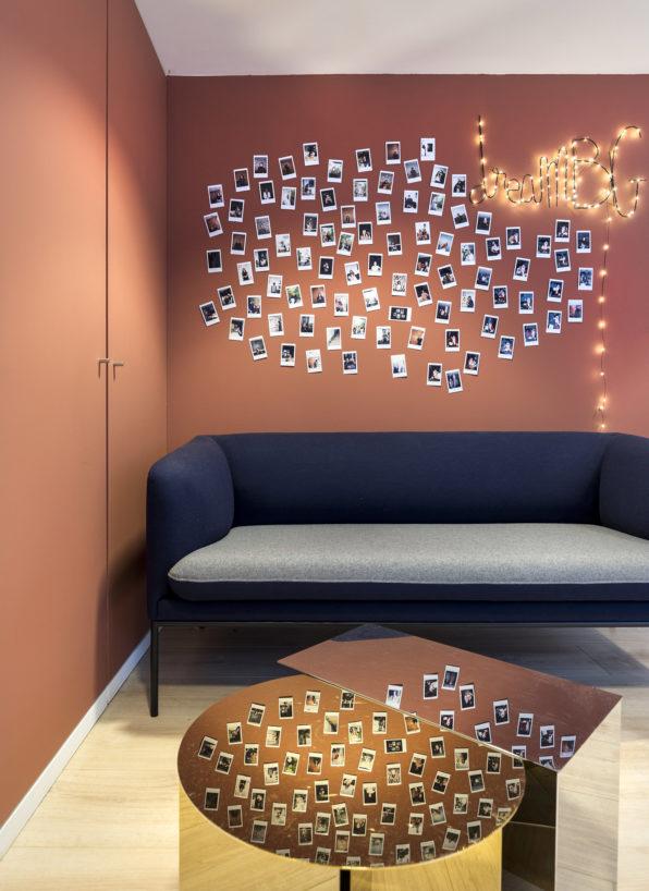 Label Experience: Coin détente avec guirlande et photos Polaroid du bureau « Smallable » à Paris.