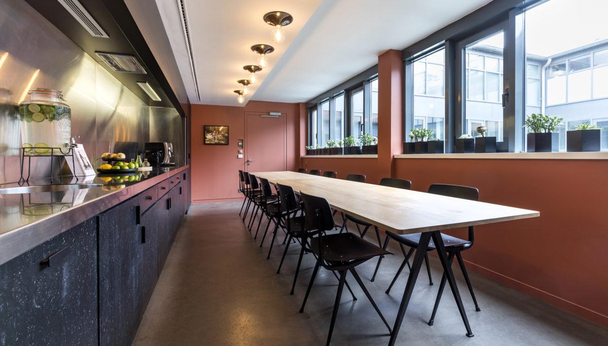Label Experience: Grande table de réunion avec cuisine ouverte du bureau « Smallable » à Paris.