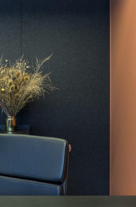 Label Experience: Fauteuil bleu et fleurs séchées du bureau « Smallable » à Paris.
