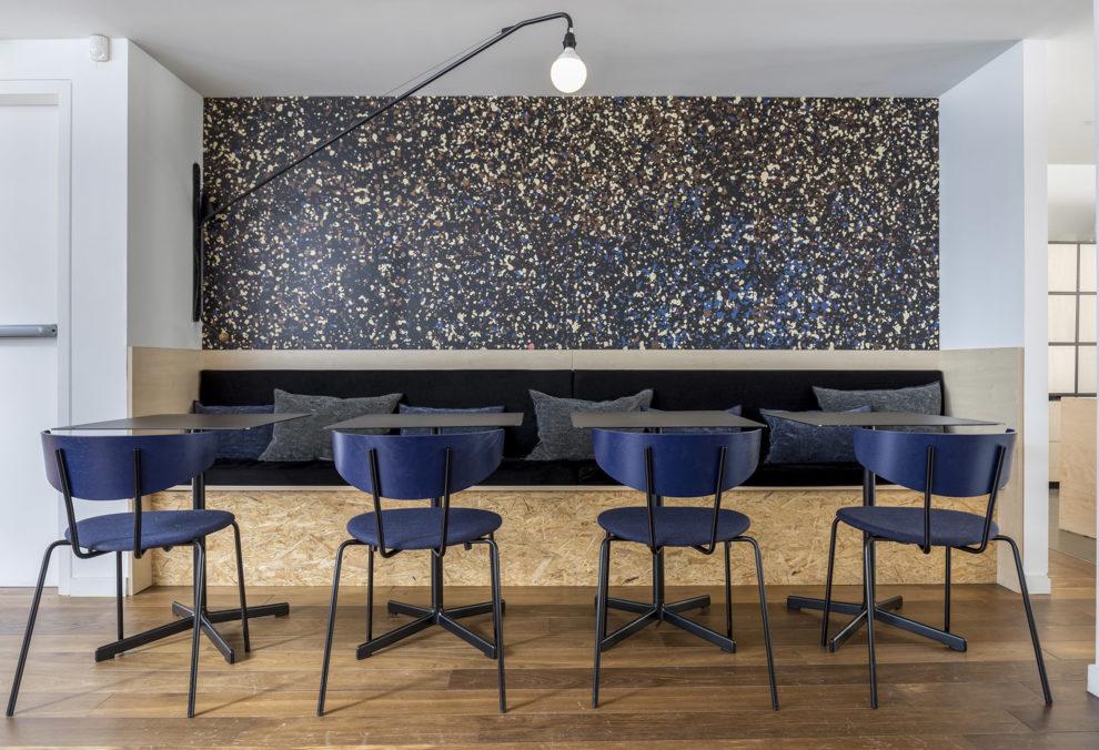 Label Experience: Coin restauration avec banquette et papier peint étoilé du bureau « Smallable » à Paris.