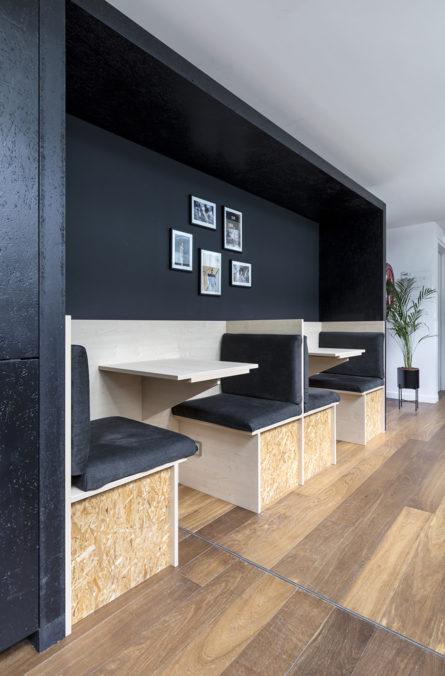 Label Experience: Banquettes noir du bureau « Smallable » à Paris.
