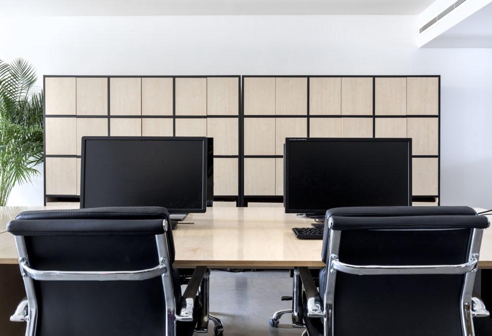 Label Experience: Focus sur ordinateurs et chaises en cuir du bureau « Smallable » à Paris.