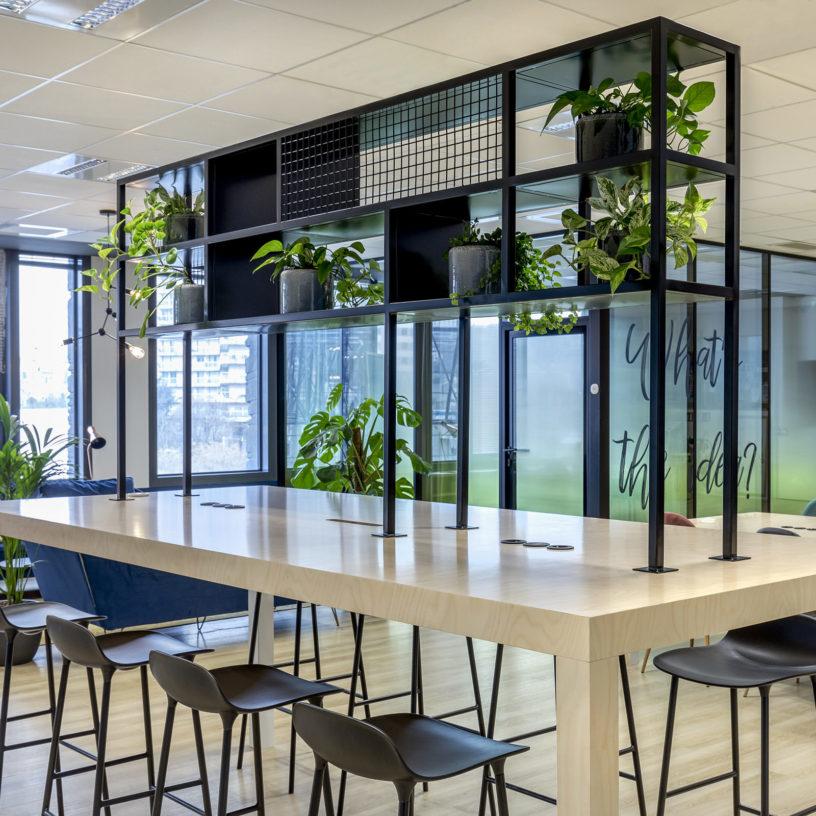 Label Experience: Table ludique en bois avec décoration végétale dans les nouveaux bureaux de « Sodexo » au Social Hub.