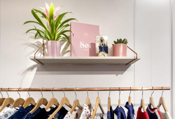 Label Experience : portant à vêtements dans la boutique Soi à Paris