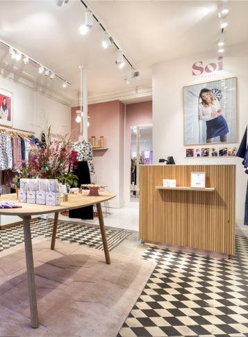 Label Experience : focus sur la caisse du magasin de vêtements Soi à Paris