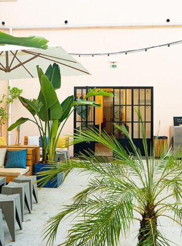 Label Experience: Prisse de vue globale de l'espace détente du tiers-lieu « The Wave Factory » à Lisbonne.