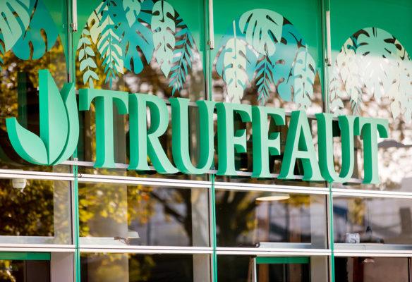 Label Experience: Focus sur lettres vertes représentant le logo de la boutique « Truffaut » à Boulogne.