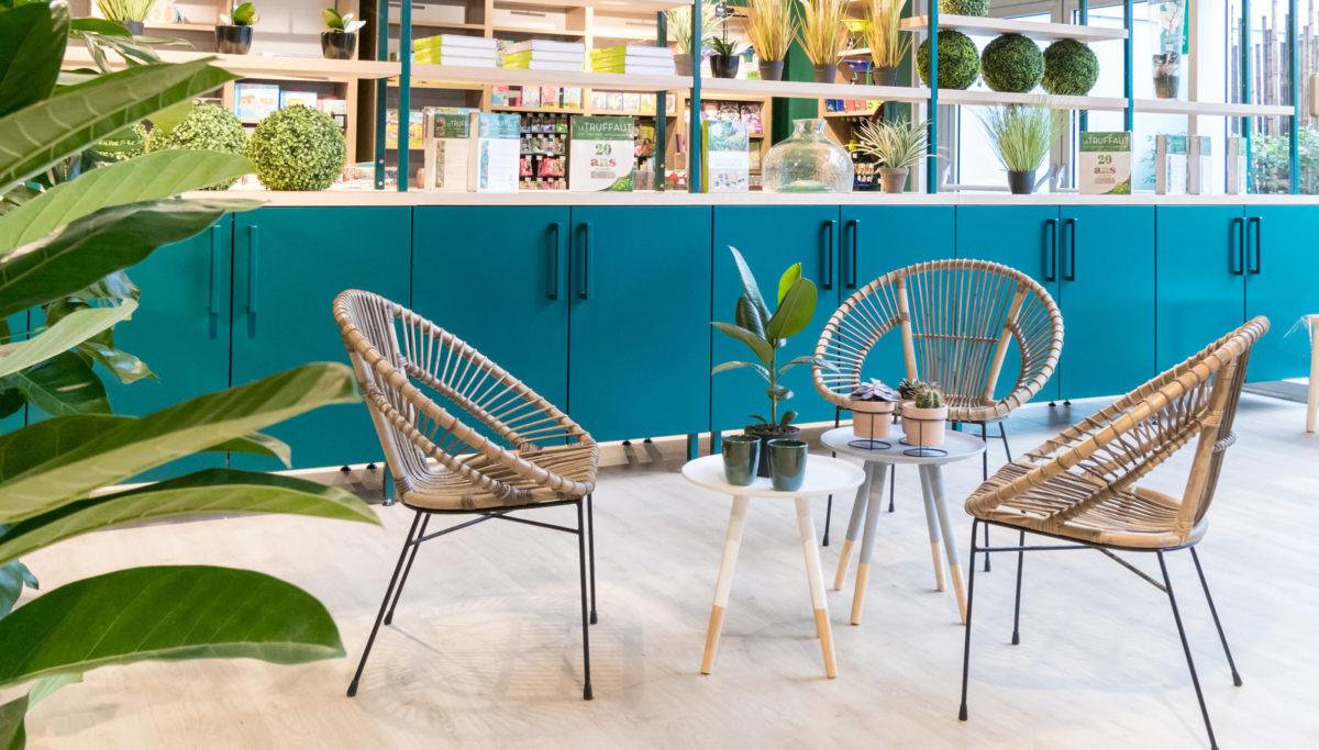 Label Experience: Espace détente avec chaises en osier et tables basses de la boutique « Truffaut » à Boulogne.