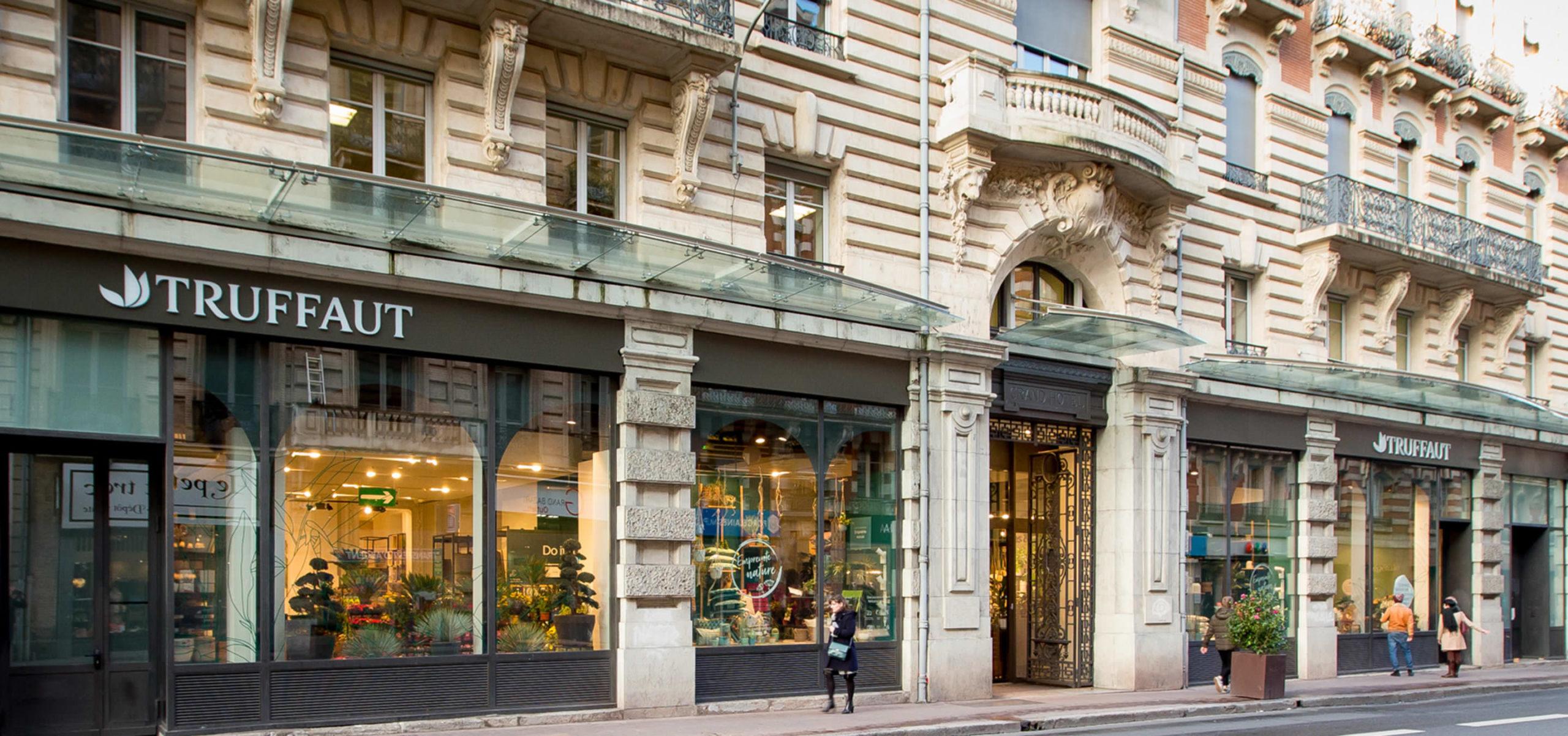 Label Experience: Grande devanture chic de la boutique « Truffaut » à Toulouse.