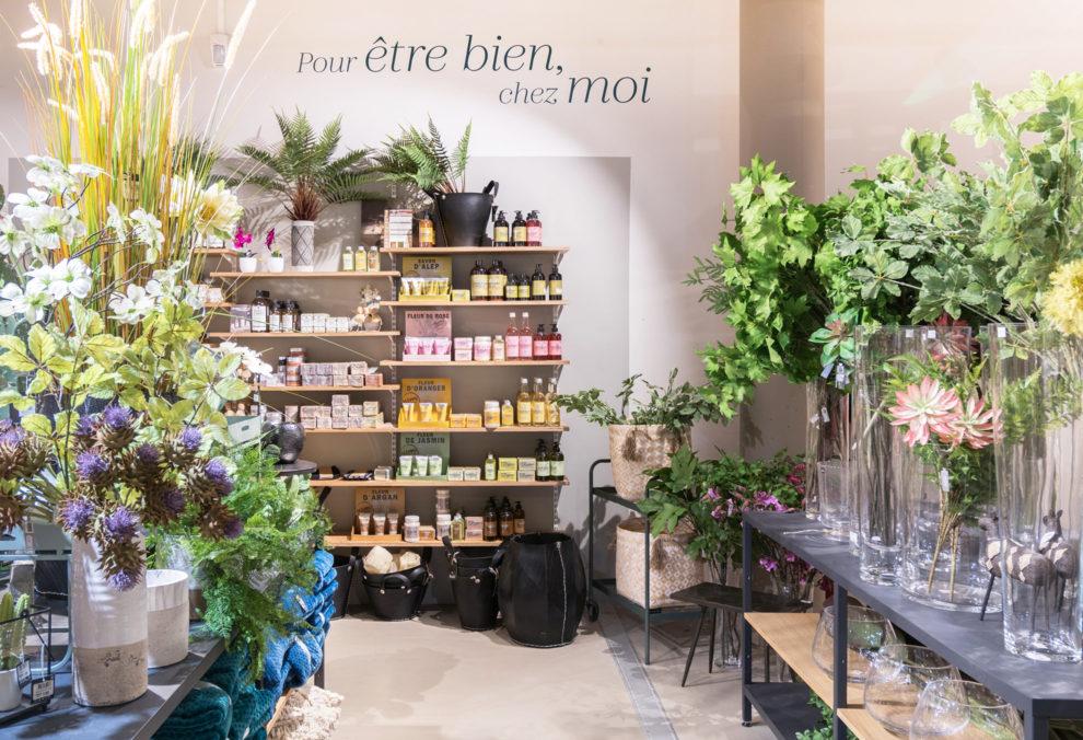 Label Experience: Plantes et produits dans piece « pour être bien chez moi » de la boutique « Truffaut » à Toulouse.