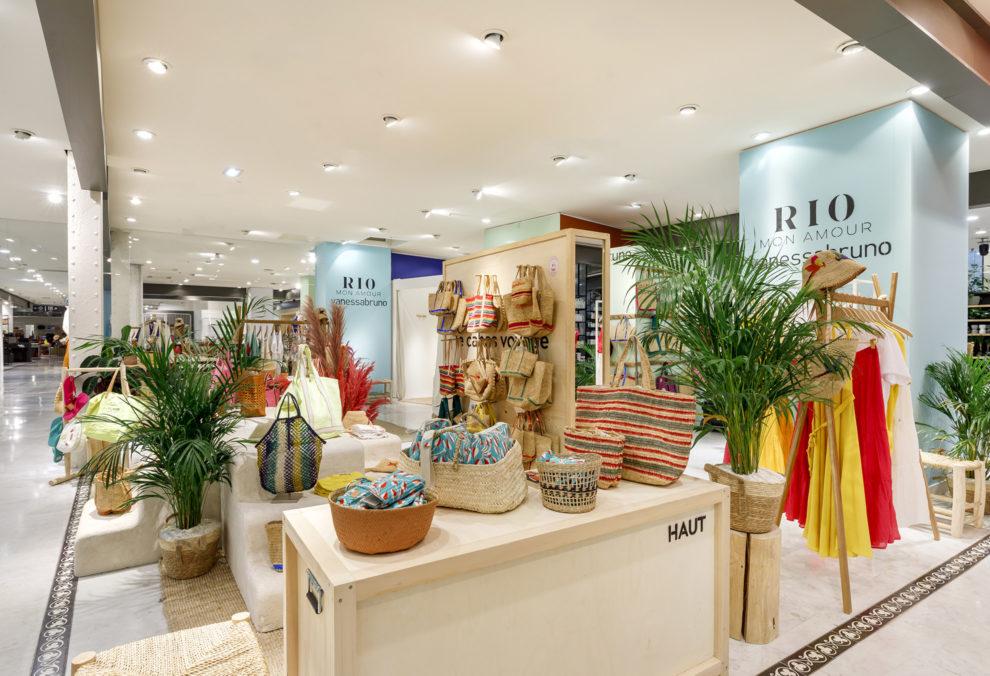 Label Experience: Vue sur le côté de l'exposition de sacs sur étagère en bois massif pour Vanessa Bruno Rio dans le BHV.
