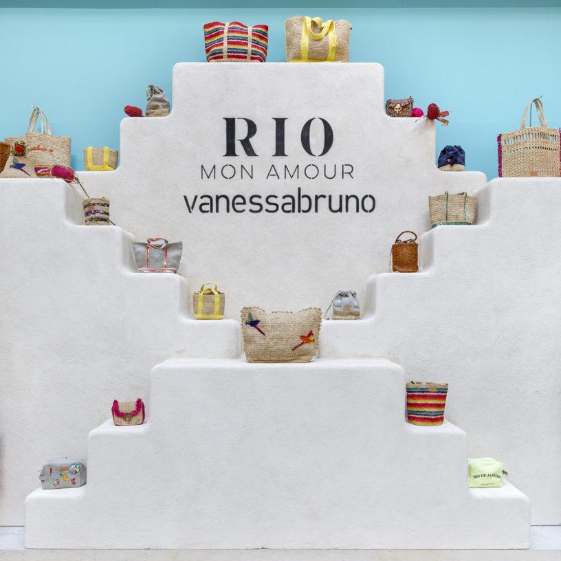 Label Experience: Logo sur escalier blanc du corner éphémère de Vanessa Bruno Rio dans les Galeries de la Fayette.