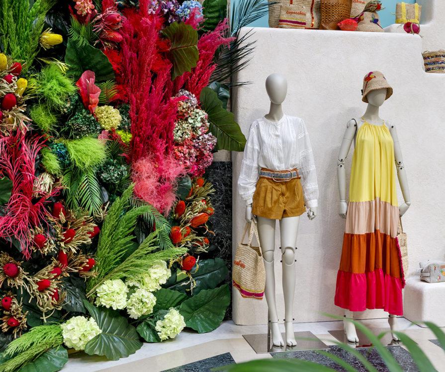 Label Experience : Mannequins et décoration végétale au corner éphémère de Vanessa Bruno Rio dans les Galeries de la Fayette.
