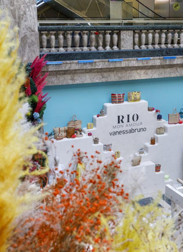 Label Experience: Escalier blanc et décoration florale au corner éphémère de Vanessa Bruno Rio dans les Galeries de la Fayette.