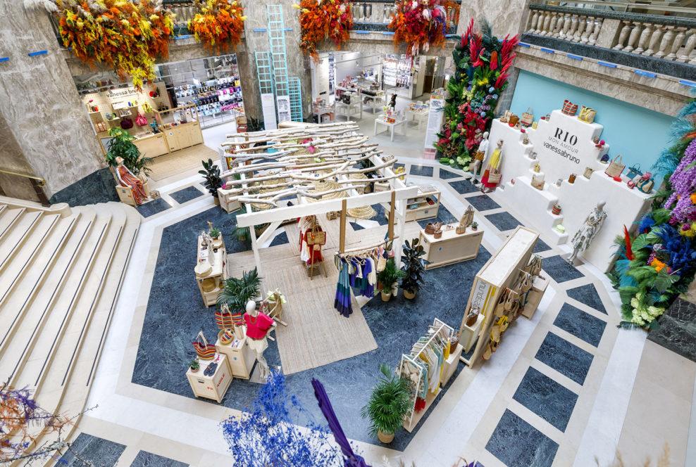 Label Experience: Point de vue en hauteur d'espace sous pergola avec fleur et tapis en jonc, pour corner éphémère de Vanessa Bruno Rio dans les Galeries de Lafayette.