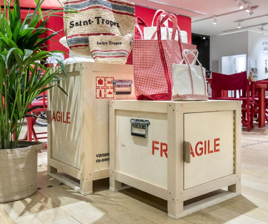 Label Experience: Focus sur exposition de sacs sur boîte de transport de marchandise, de la collection de Vanessa Bruno Saint-Tropez au Bon Marché.