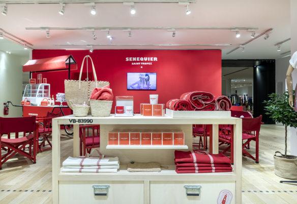 Label Experience: Exposition de produits sur grande étagère au corner éphémère de Vanessa Bruno Saint-Tropez au Bon Marché.