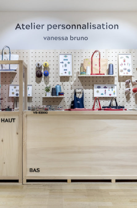 Label Expérience : Coin atelier de personnalisation au corner éphémère de Vanessa Bruno Saint-Tropez au Bon Marché.