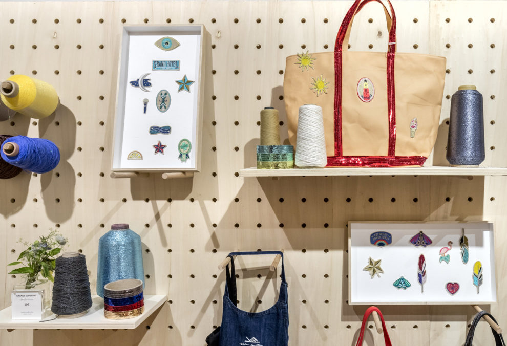Label Expérience: Zoom sur atelier de personnalisation avec sacs, cadres et accessoires au corner éphémère de Vanessa Bruno Saint-Tropez au Bon Marché.