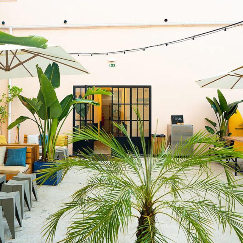 Label Experience: Prisse de vue de l'espace détente du tiers-lieu « The Wave Factory » à Lisbonne.