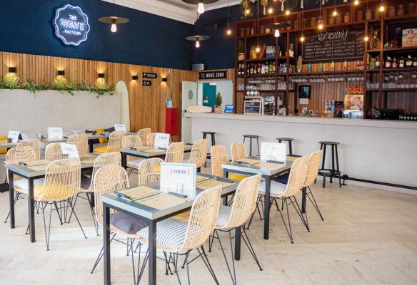 Label Experience: Coin restauration aux couleurs bleues et bois du tiers-lieu « The Wave Factory » à Lisbonne.