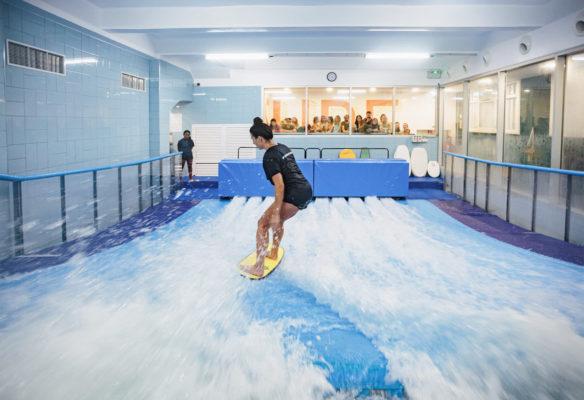 Label Experience: Activité de surf dans la piscine avec vagues artificielles au tiers-lieu « The Wave Factory » à Lisbonne.