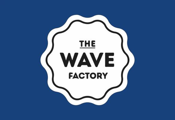 Label Experience: Logo de l'enseigne blanc, bleu et noir du tiers-lieu « The Wave Factory » à Lisbonne.