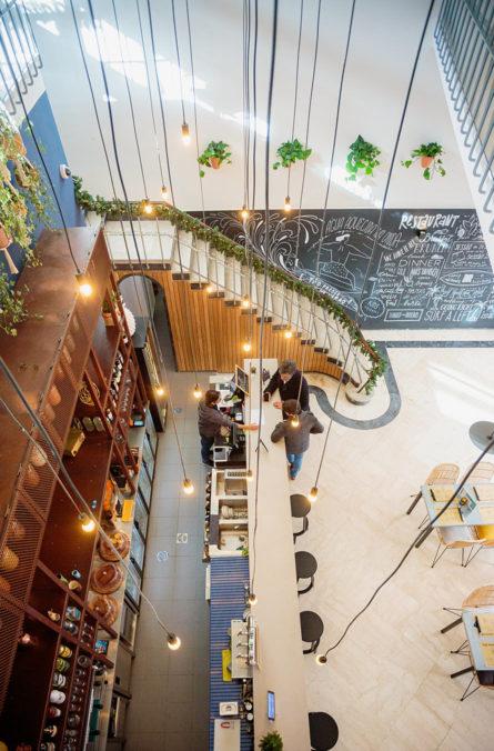Label Experience: Prise de vue d'en haut du bar avec luminaires du tiers-lieu « The Wave Factory » à Lisbonne.