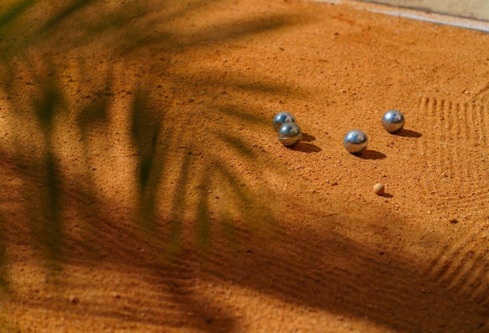 Label Experience: Zoom sur boules de pétanques dans le terrain du tiers-lieu « The Wave Factory » à Lisbonne.