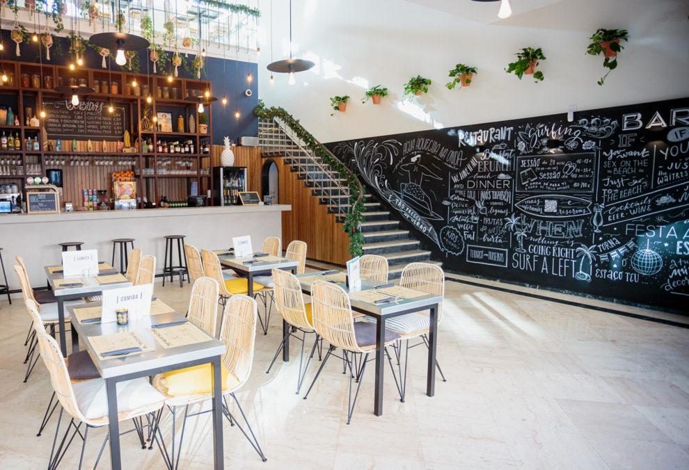 Label Experience: Espace restauration avec mur en ardoise au tiers-lieu « The Wave Factory » à Lisbonne.