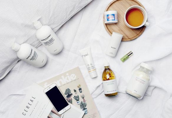 Label Experience: Mise en scène des produits cosmétiques entre revues et téléphone de la boutique « Oh my cream ! » rue Debelleyme à Paris.