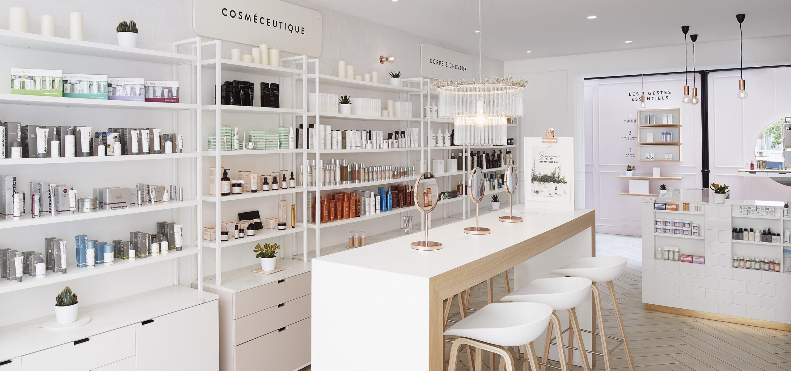 Label Experience: Comptoir « test » devant rayon de produits de la boutique « Oh my cream ! » rue Debelleyme à Paris.
