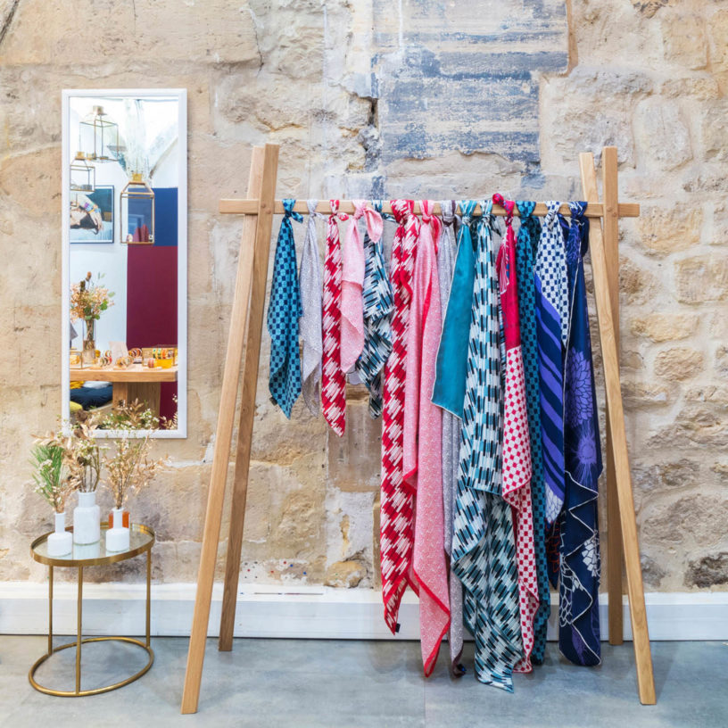 Label Experience: Foulards colorés sur portant du pop-up store « Bangle-Up » à Paris.