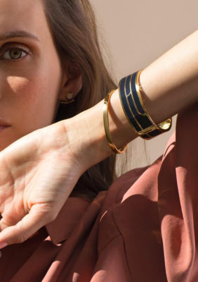 Label Expérience: Portrait féminin avec bracelets en or sur son poignet du pop-up store « Bangle-up » à Paris.