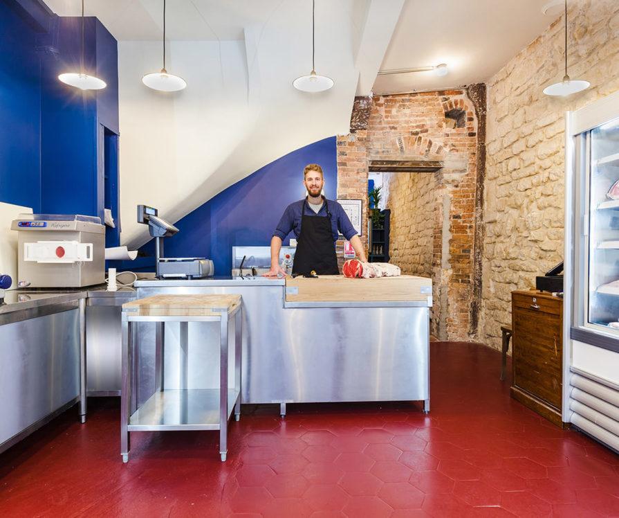 Label Experience : Alexandre le fondateur de Bidoche dans sa boucherie à Paris dans le quartier d'Oberkampf