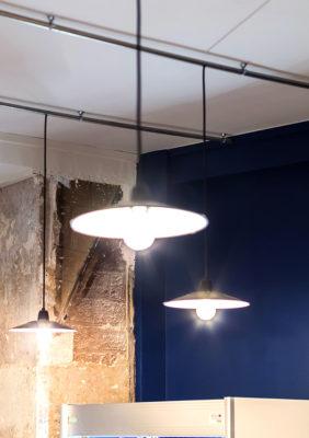 Label Experience : lustres et luminaires dans le restaurant-boucherie Bidoche à Paris dans le quartier d'Oberkampf