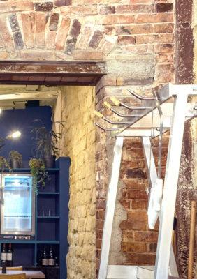 Label Experience : mur de brique dans le restaurant-boucherie Bidoche à Paris dans le quartier d'Oberkampf