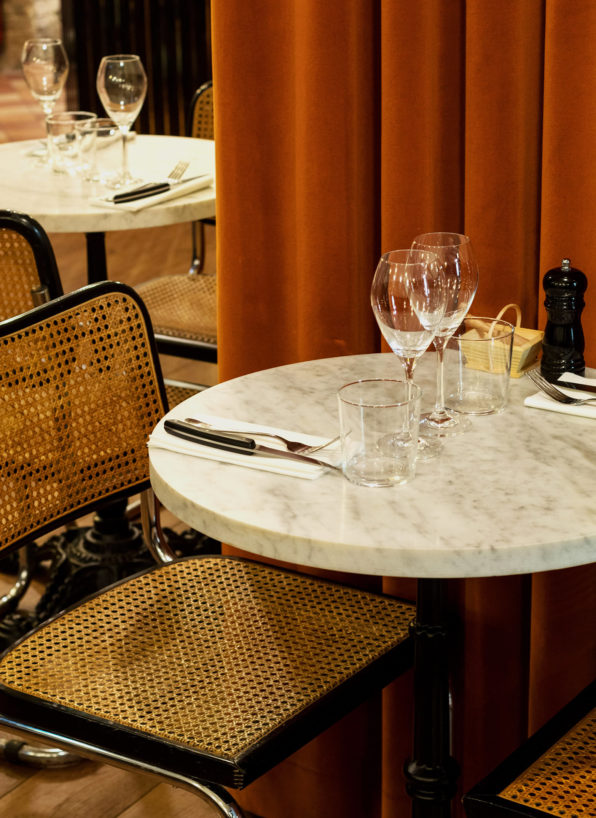 Label Experience : zoom sur une table à manger dans le restaurant-boucherie Bidoche à Paris dans le quartier d'Oberkampf
