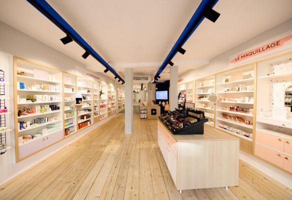 Label Experience : vue globale de la boutiqueétagères produits dans l'espace vente de la boutique Birchbox à Paris