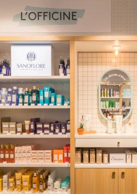 Label Experience : étagères produits dans l'espace officine de la boutique Birchbox à Paris