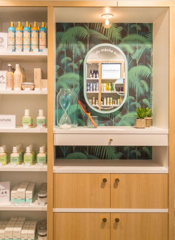 Label Experience : comptoir de maquillage tropical dans la boutique Birchbox à Paris