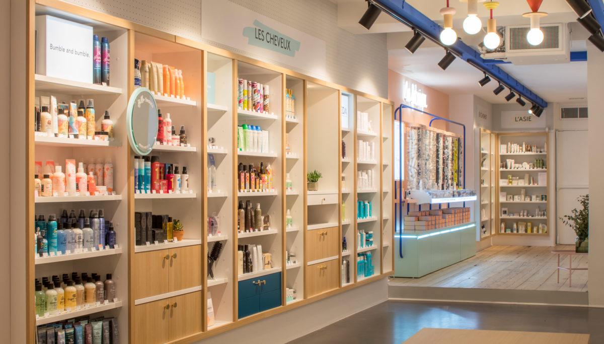 Label Experience : étagères produits dans l'espace cheveux de la boutique Birchbox à Paris