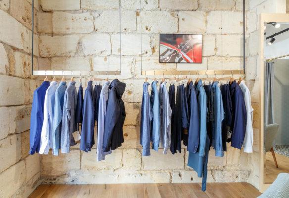 Label Experience: Chemises sur présentoirs de la boutique « Bonne Gueule » à Bordeaux.