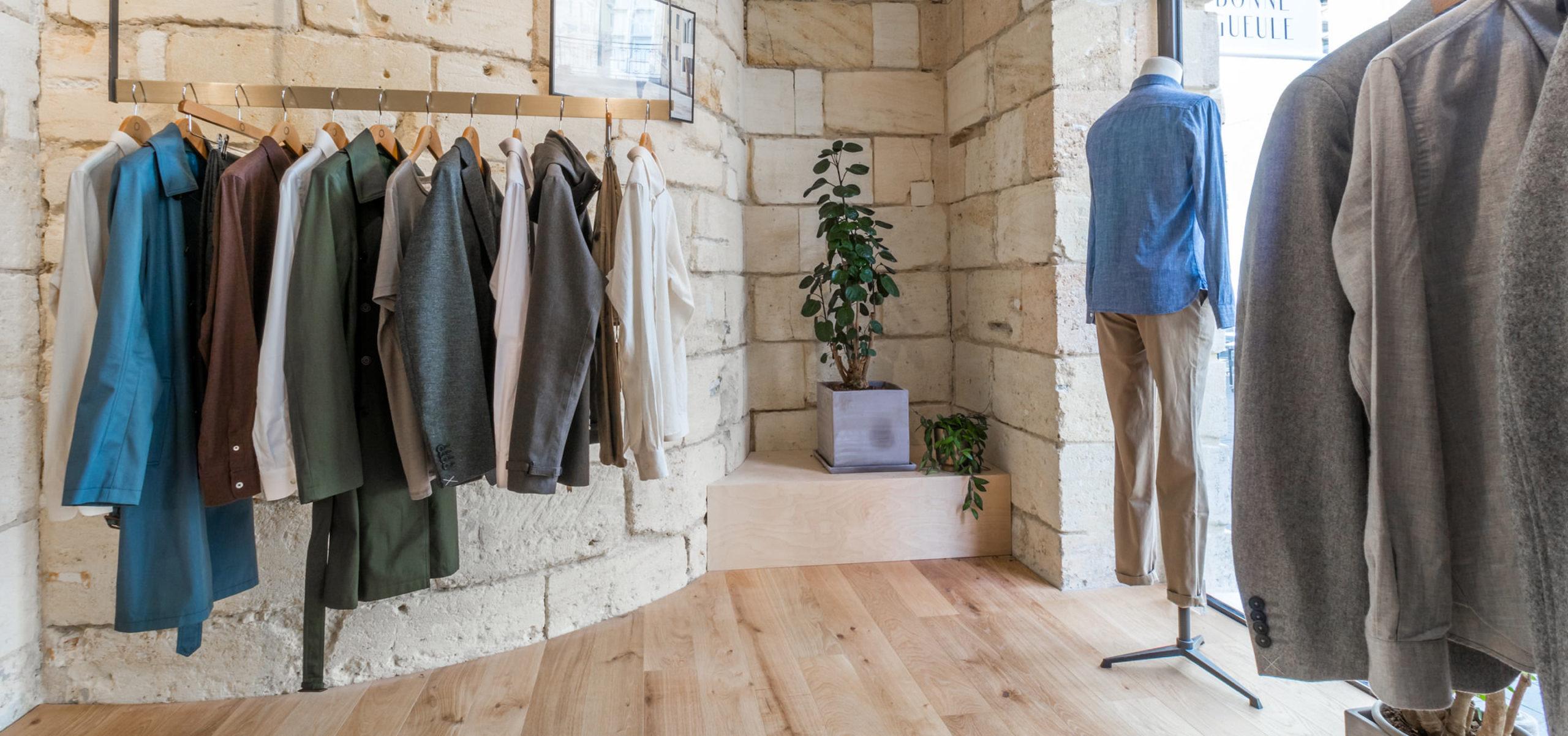 Label Experience: Prisse de vue sur la collection devant des murs en pierre de la boutique « Bonne Gueule » à Bordeaux.