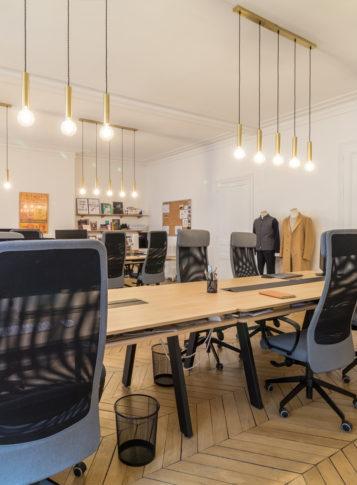 Label Expérience: Espace de travail sous luminaires des bureaux « Bonne Gueule » à Paris.