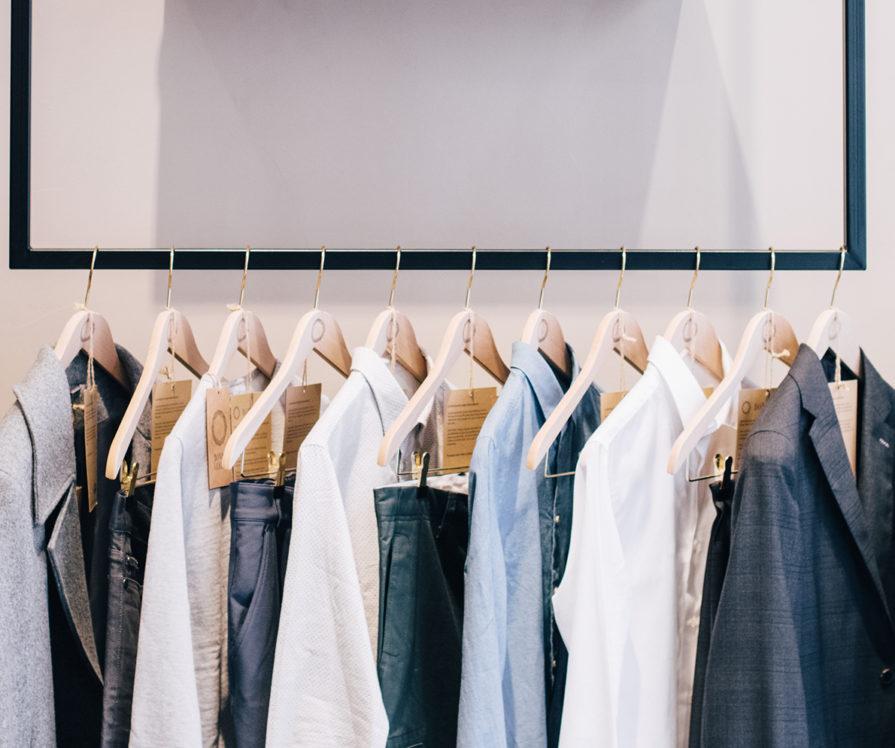 Label Experience : articles vestimentaires BonneGueule exposé dans les bureaux de la marque à Paris