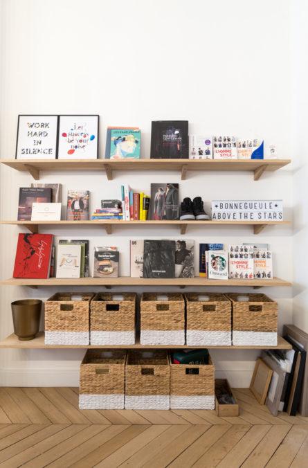 Label Experience : bibliothèque dans l'open space des bureaux BonneGueule à Paris