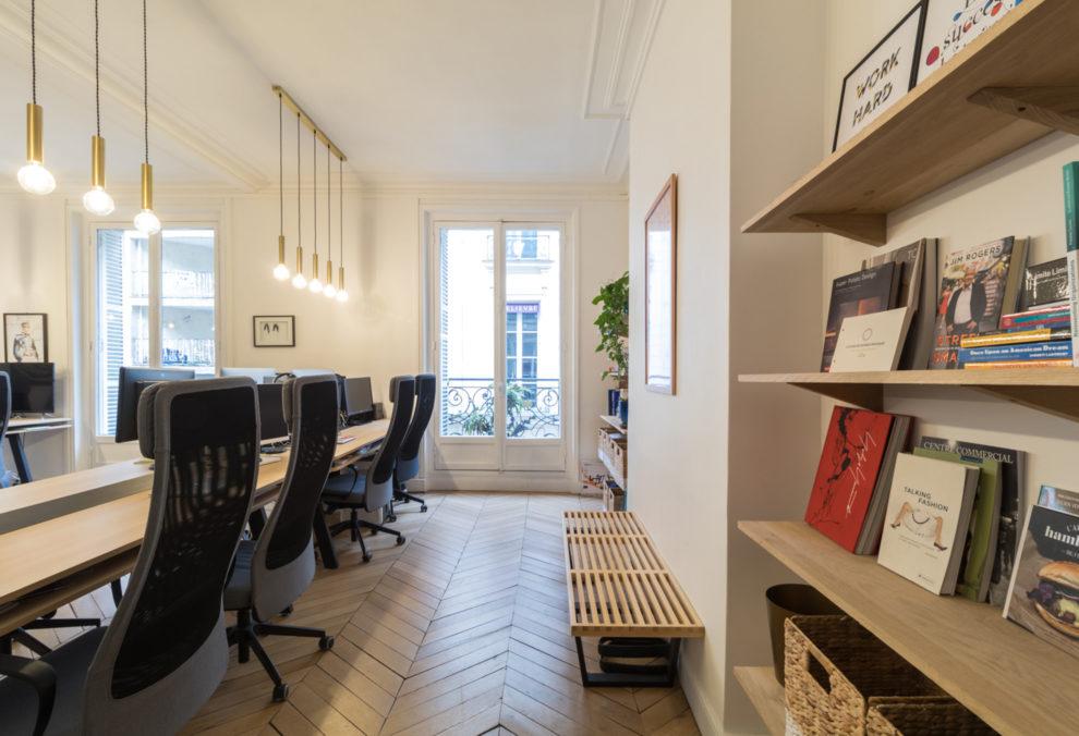 Label Experience : étagères dans les espaces de travail BonneGueule à Paris