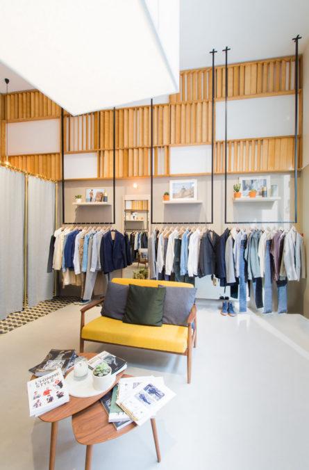 Label Experience : aperçu des portants de vêtements dans l'espace vente de la boutique BonneGueule à Lyon